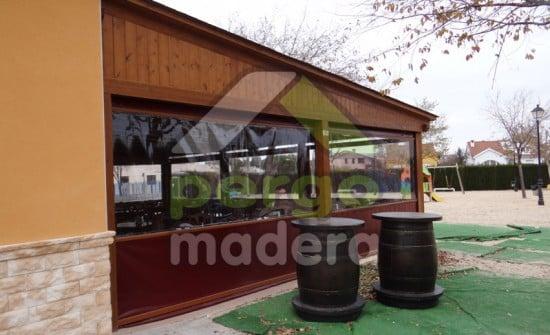 Porche de madera para cerramiento m vil en restaurante for Porches de ocasion
