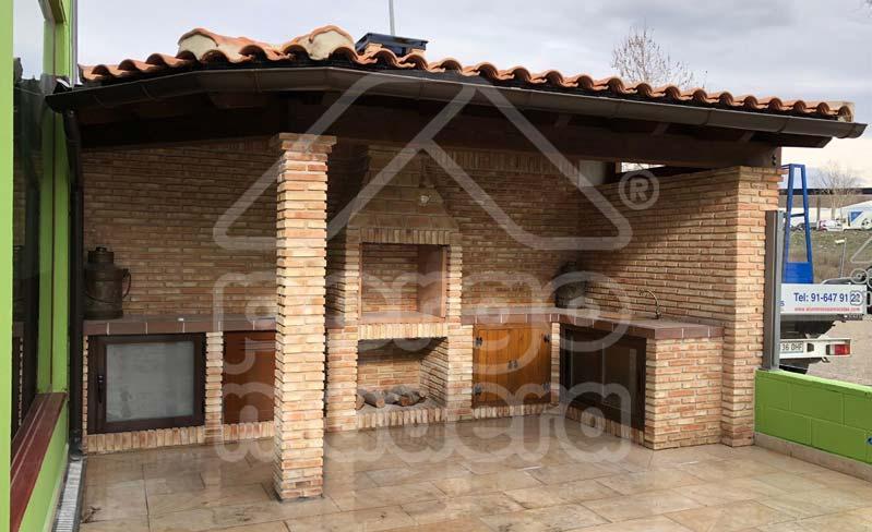 Estructuras de madera con barbacoa para jard n y patio for Cenadores de madera para jardin
