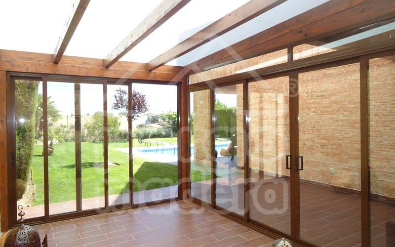 Cerramiento de pérgola 5 m x 3,45 m con cortinas de cristal sobre piscina