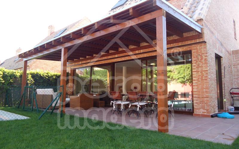 Pergolas de madera pergomadera for Pergola jardin madera