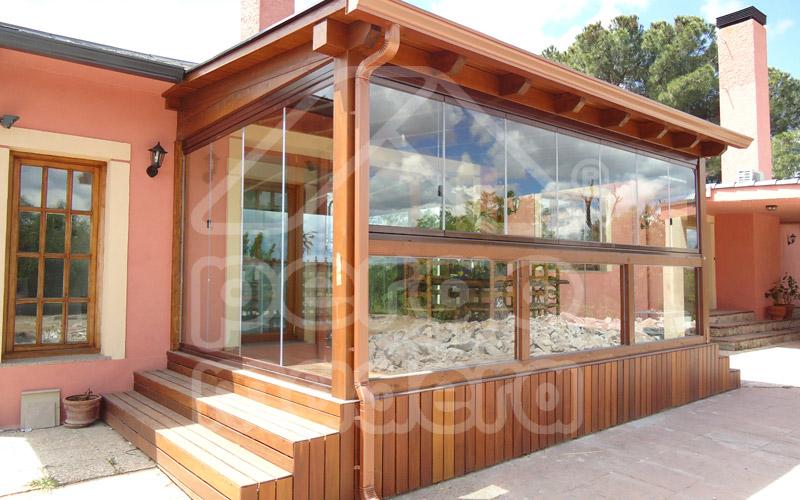 Cerramientos de porches acristalados madrid cerramiento for Terrazas cerradas con madera