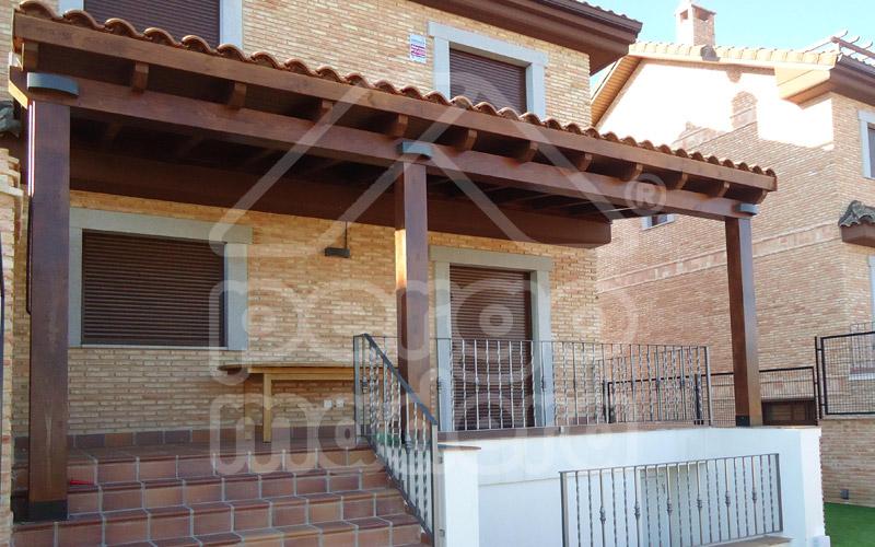 Instalaci n de teja cer mica en porches con cubierta de madera - Porches de madera valencia ...